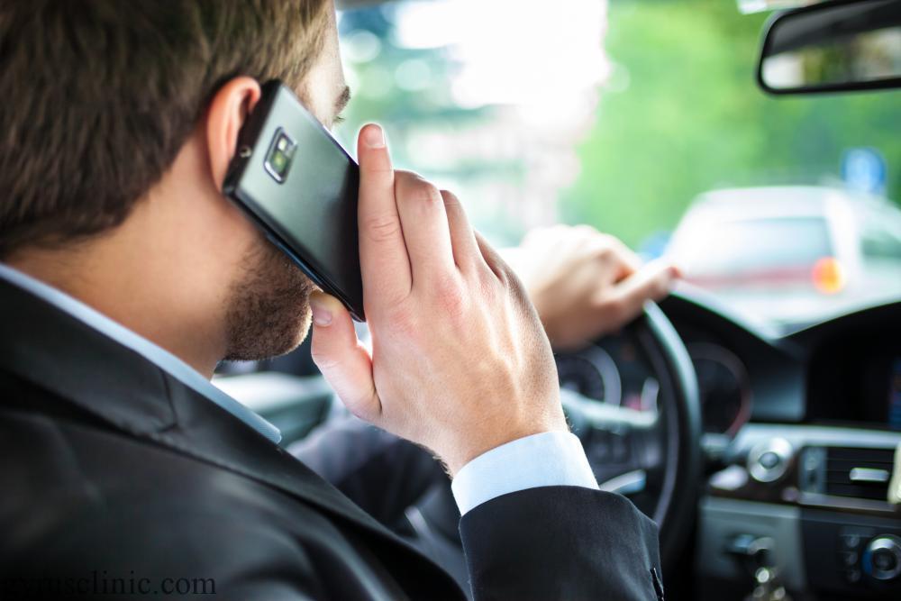 استفاده از تلفن همراه در ماشین